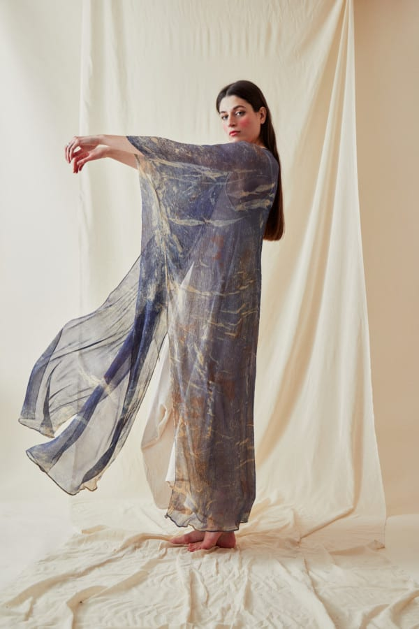 Manteau-caftan en mousseline de soie imprimee a la main OLYMPE Bleue - 4